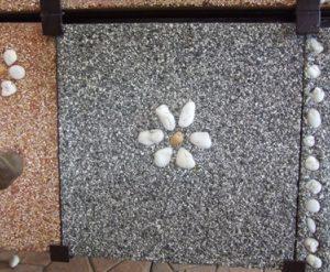 แผ่นทางเดินทรายล้าง 30 x 30 ซม. สีเทา ดำ 1 ดอกขาว