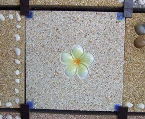 แผ่นทางเดินทรายล้าง 30 x 30 ซม. สีเหลือง 1 ดอกลั่นทมขาว